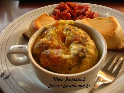 Das war ein Frühstück Brötchen mit gebratenem Speck - der war vom  Tassen Speck und Ei übrig