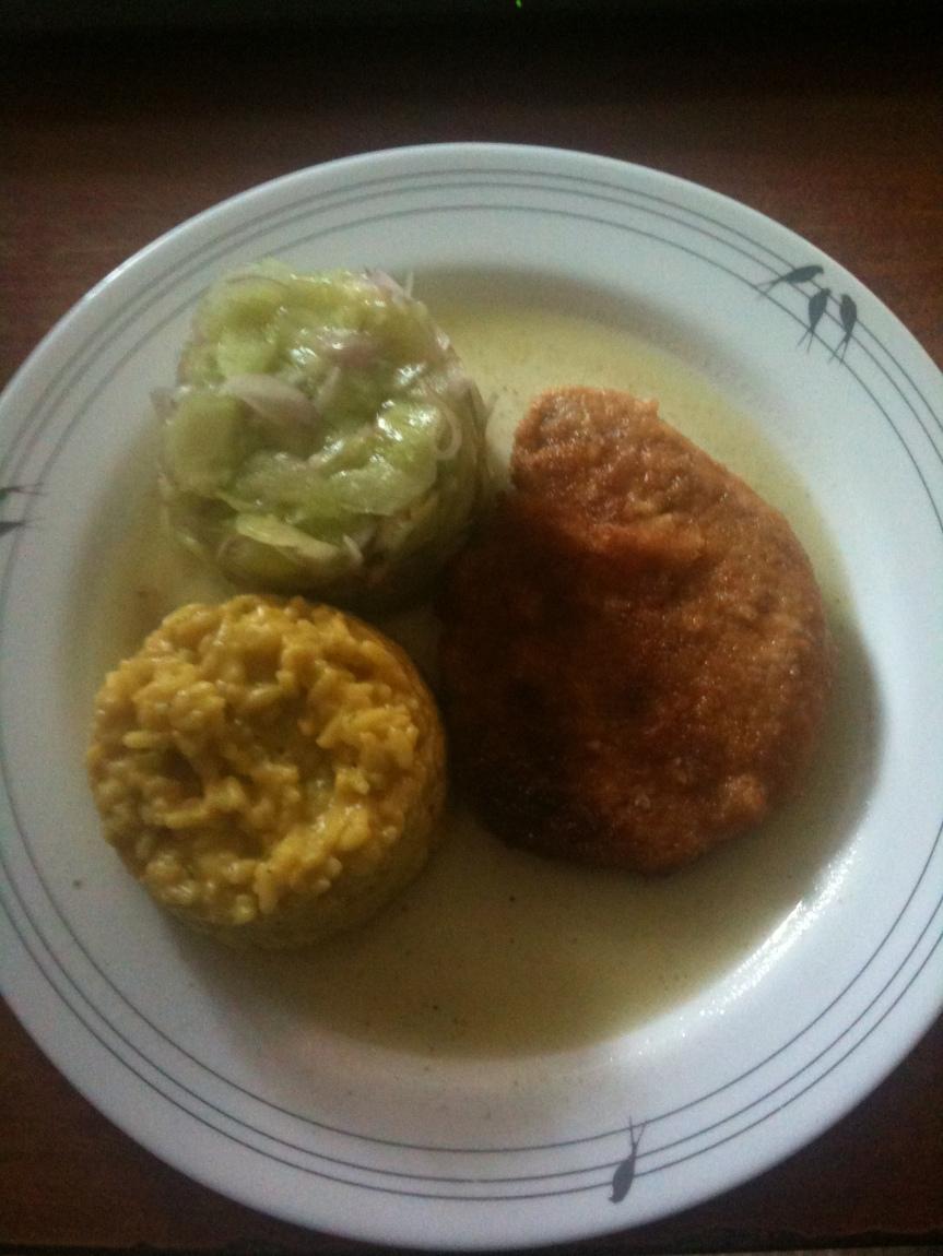Schweinerückensteak in Zwiebackpanade – Curryreistimbale –Gurkensalat